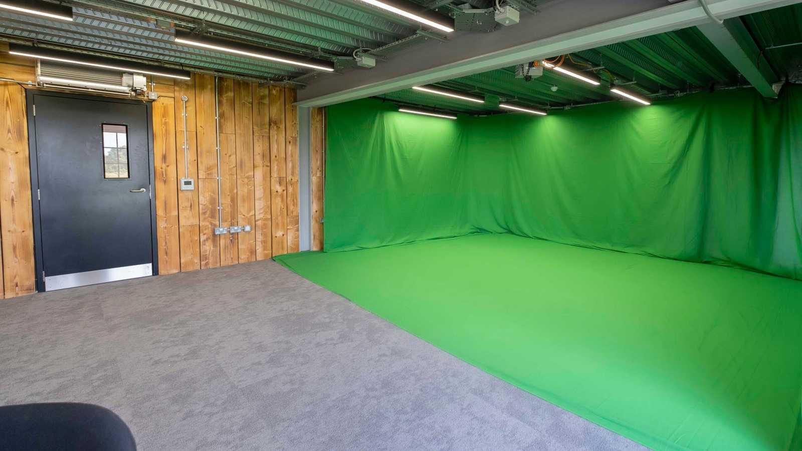 Pearl - Green Screen Studio